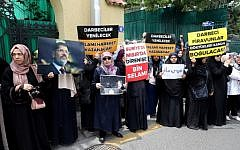 """A group of women holds  banner reads """" The putschists will be defeated, Islamic movement will win """" and """" Thousand greetings to the resistance in Syria and Egypt """" during a symbolic funeral prayer for the Egyptian President Mohamed Morsi on June 18, 2019 in front of the embassy in Ankara. (Adem ALTAN / AFP)"""