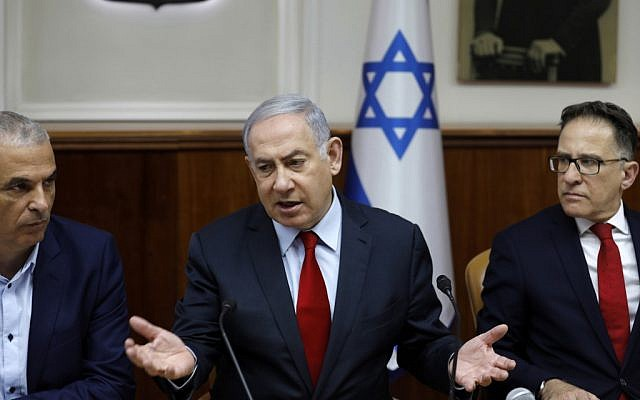 Prime Minister Benjamin Netanyahu (c), Government Secretary Tzahi Braverman (R) and Finance Minister Moshe Kahlon (L) attend a weekly cabinet meeting in Jerusalem on June 24, 2019. (MENAHEM KAHANA / POOL / AFP)