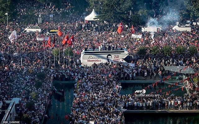 Thousands of supporters surround the new Mayor of Istanbul, Ekrem Imamoglu from Turkey's main opposition opposition Republican People's Party (CHP), as he makes a speech from the top of his campaign bus after taking office, in Istanbul, June 27, 2019. (BULENT KILIC / AFP)
