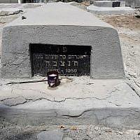 Una tumba en el cementerio judío de Bahrein, 25 de junio de 2019 (Rafael Ahren / TOI)