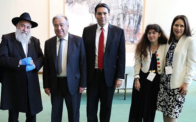 Rabbi Yisroel Goldstein, UN Secretary General Antonio Guterres, Ambassador Danny Danon, and Hannah Kaye and Randi Grossman, the daughter and sister respectively of Lori Gilbert Kaye who killed in the Poway synagogue shooting, at the UN headquarters in New York, June 26, 2019. (Israel Mission to the UN)