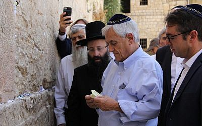 Chile's President Sebastian Piñera, center in blue shirt, visits the Western Wall in Jerusalem on June 24, 2019, with his wife and a delegation as part of a state visit to Israel. (Courtesy Western Wall Heritage Foundation)