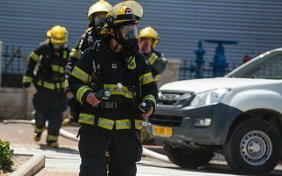 Firefighters at the scene of ammonia leak, near a shopping mall in Acre, June 27, 2019. (Meir Vaknin/Flash90)
