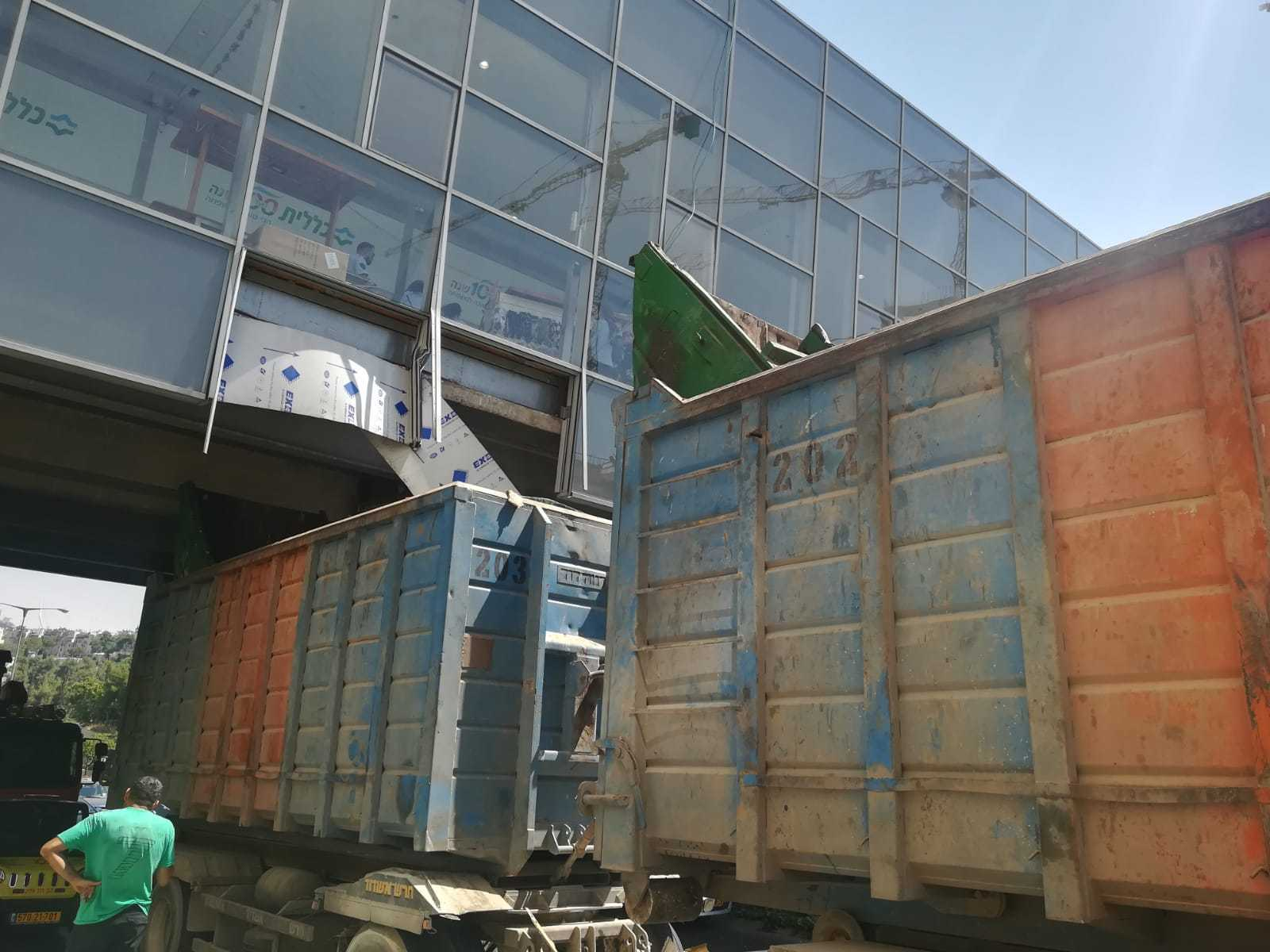 Truck crashes into Jerusalem mall bridge | The Times of Israel