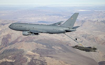 A US Air Force Boeing KC-46 Pegasus aerial refueling plane connects to a F-35 fighter jet over California, January 22, 2019. (Wikipedia, public domain, US Air Force photo by Ethan Wagner)