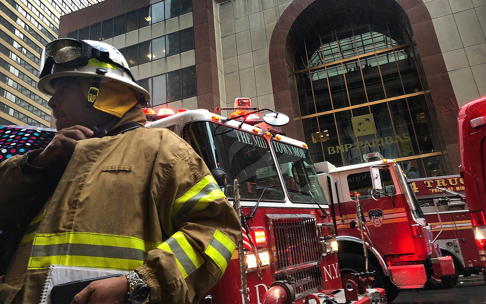 Helicopter crashes into Manhattan building