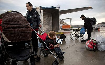 Ukrainian Jewish immigrants arrive at the Ben-Gurion International Airport near Tel Aviv, Israel, December 22, 2014. (AP Photo/Oded Balilty)