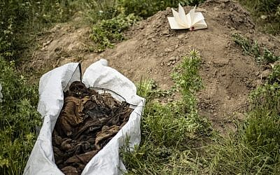 A picture taken on April 14, 2019 shows a body bag containing human remains at the site of a mass grave in the northern Syrian city of Raqa al-Fukheikha agricultural suburb where in February 2019 an exhumation team uncovered an estimated 3,500 bodies (Delil SOULEIMAN / AFP)