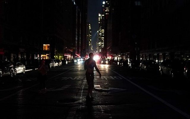 Cars on  6th  Avenue during a major power outage affecting parts of the city  New York City on July 13, 2019, (TIMOTHY A. CLARY / AFP)