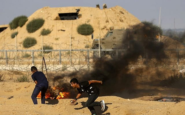 Ilustrativo: manifestantes palestinos queimam pneus durante confrontos com forças israelenses do outro lado da fronteira com Israel perto de Rafah, no sul da Faixa de Gaza, em 19 de julho de 2019. (Disse KHATIB / AFP)