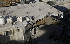 This picture taken on July 22, 2019 shows Israeli security forces demolishing the Palestinian buildings still under construction which have been issued notices to be demolished in the Wadi al-Hummus area adjacent to the Palestinian village of Sur Baher in East Jerusalem. (Photo by Ahmad GHARABLI / AFP)