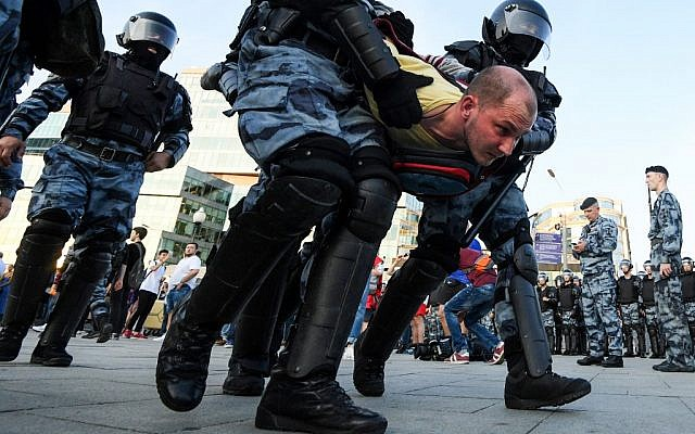 Riot police officers detain a protester during an unauthorized rally demanding independent and opposition candidates be allowed to run for office in local elections in September, at Moscow's Trubnaya Square on July 27, 2019. (Kirill KUDRYAVTSEV /AFP)