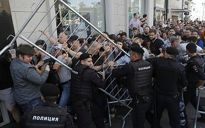 Protesters clash with police during an unsanctioned rally in the center of Moscow, Russia on July 27, 2019. (AP/Pavel Golovkin)