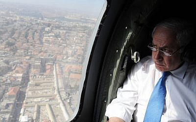 Prime Minister Benjamin Netanyahu in a helicopter ride over Israel's central region, June 23, 2010. (Haim Zach/GPO)