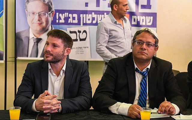 Otzma Yehudit party member Itamar Ben Gvir (R) speaks with then-National Union faction leader Betzalel Smotrich during a campaign event in Bat Yam, April 6, 2019. (Flash90)