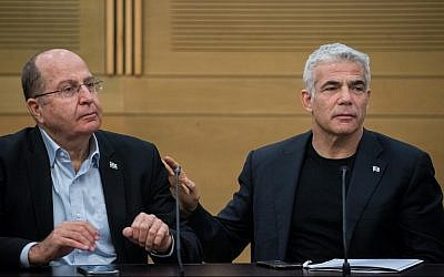 Blue and White leaders Yair Lapid (R) and Moshe Ya'alon at a faction meeting at the Knesset on June 24, 2019. (Yonatan Sindel/Flash90)