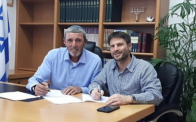 Jewish Home party leader Rafi Peretz (L) and National Union head Bezalel Smotrich sign an agreement to renew the Union of Right-Wing Parties electoral alliance on July 9, 2019. (Courtesy)