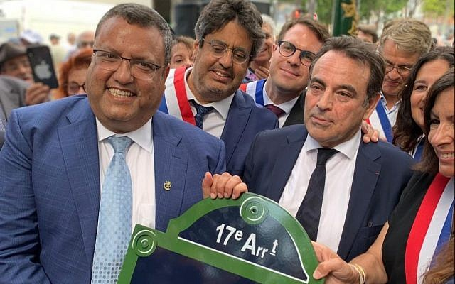 Jerusalem Mayor Moshe Lion, left, Joel Mergui, president of the Consistoire communal Jewish organization, and Paris Mayor Anne Hidalgo hold the sign marking Paris's new Jerusalem Square. (Courtesy Jerusalem Municipality)