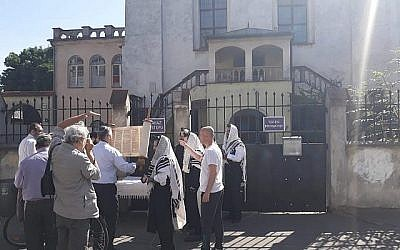 Worshippers locked out of Izaak Synagogue, Krakow, July 1, 2019 (Courtesy Rabbi Avi Baumol)