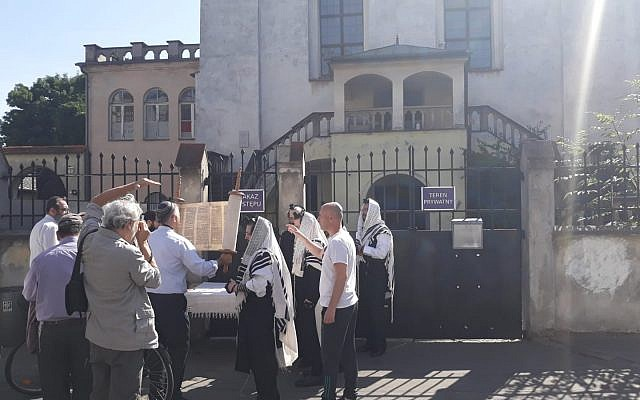 Worshippers locked out of Izaak Synagogue, Krakow, July 1, 2019 (Courtesy Rabbi Avi Baumol)