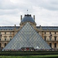 The Louvre courtyard and pyramid. (Wikipedia/Alvesgaspar/CC BY-SA)