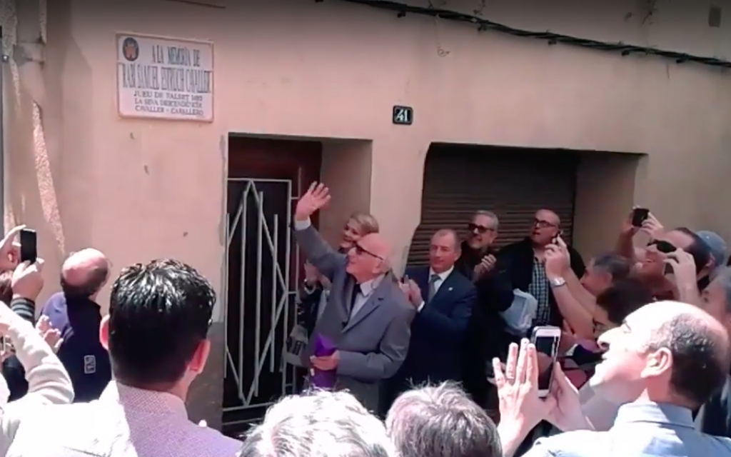 Mordechai Ben Abir unveils a street renamed after his ancestors who were expelled from Spain in the town of Falset, Spain, at a ceremony on May 16, 2016. (Youtube screenshot)