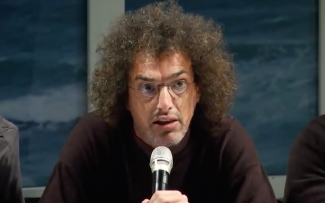 Globes reporter Dror Feuer speaks at a panel in 2013. (Screen capture/YouTube)