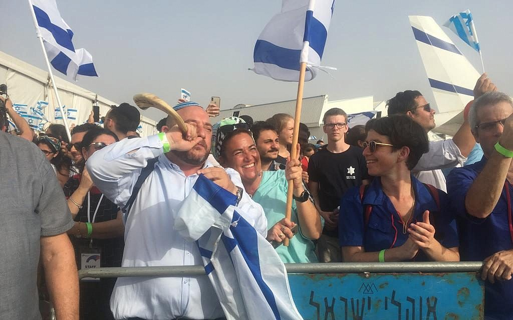 The arrival of 100 olim from France at Ben Gurion Airport on July 17, 2019. (Stéphanie Bitan / Times of Israel)