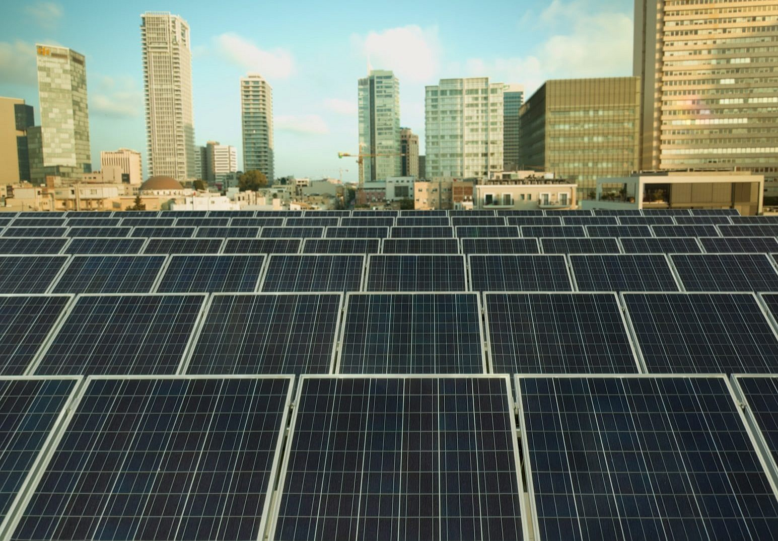 Campaign urges Israelis to put solar panels on the roof, make money