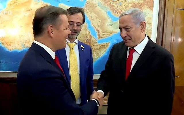 Prime Minister Benjamin Netanyahu (R) greets Oleh Lyashko of the Ukrainian Radical Party on July 10, 2019 in Jerusalem (Screencapture/Twitter)