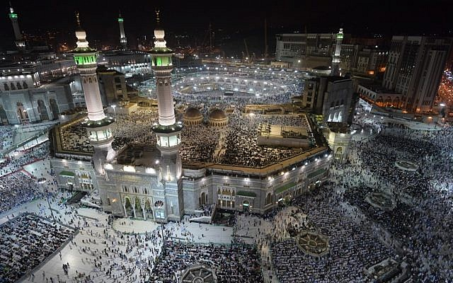Muslim pilgrims gather at the Grand Mosque in Saudi Arabia's holy city of Mecca on August 7, 2019, prior to the start of the annual Hajj pilgrimage in the holy city. (Photo by FETHI BELAID / AFP)