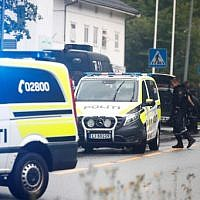 A picture taken on August 10, 2019 shows police vehicles near the al-Noor Islamic center mosque where a gunman, armed with multiple weapons, went on a shooting spree in the town of Baerum, an Oslo suburb. (Terje Pedersen/NTB Scanpix/AFP)