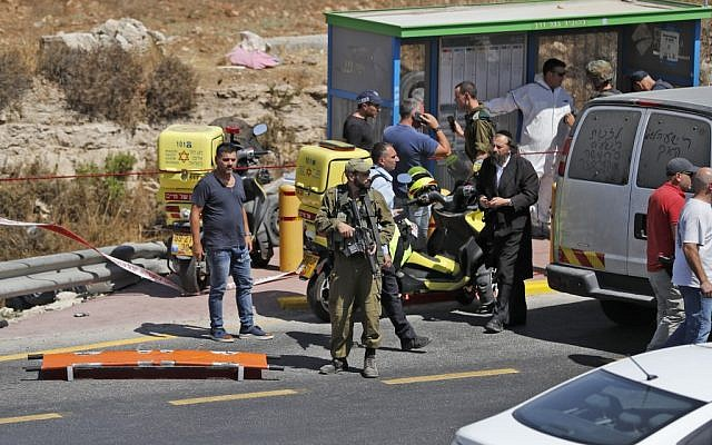 Israeli security forces and forensics gather at the scene of a suspected car-ramming attack outside the settlement of Elazar on August 16, 2019. (Ahmad GHARABLI / AFP)