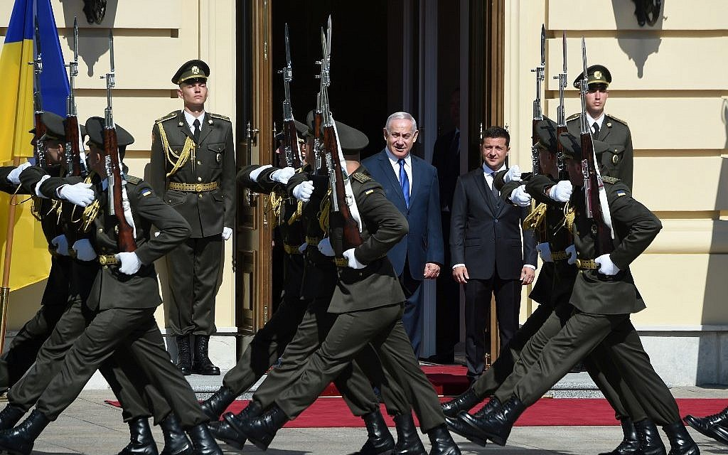 Prime Minister Benjamin Netanyahu (L) stands alongside Ukrainian President Volodymyr Zelensky as they watch marching soldiers during a welcoming ceremony in the Ukrainian capital Kyiv, on August 19, 2019. (Sergei Supinsky/AFP)