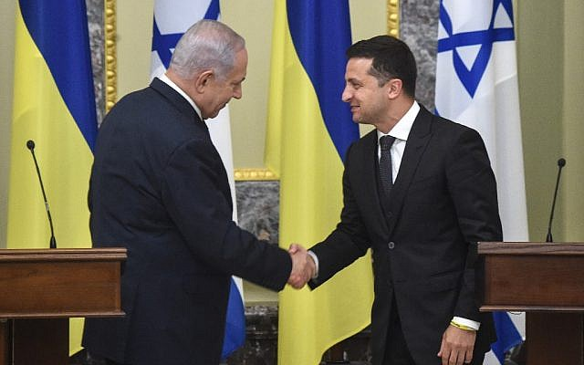 Prime Minister Benjamin Netanyahu (L) shakes hands with Ukrainian President Volodymyr Zelensky during a joint press conference in the Ukrainian capital Kyiv, on August 19, 2019. (Sergei Supinsky/AFP)