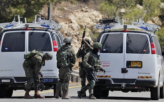 Israeli security forces gather at the site where a bomb exploded near the Israeli settlement of Dolev in the West Bank on August 23, 2019, killing a teenage Israeli girl and injuring two others (Ahmad GHARABLI / AFP)