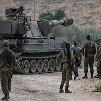 Israeli soldiers stand next to a self-propelled artillery gun near the Lebanese border outside the northern Israeli town of Kiryat Shemona on August 31, 2019. -(Photo by JALAA MAREY / AFP)