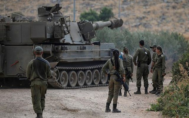 Israeli soldiers stand next to a self-propelled artillery gun near the Lebanese border outside the northern Israeli town of Kiryat Shemona on August 31, 2019. (JALAA MAREY / AFP)