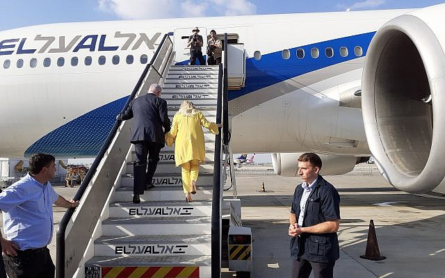 Prime Minister Benjamin Netanyahu and his wife Sara board a flight to Ukraine on August 18, 2019 (Raphael Ahren/Times of Israel)