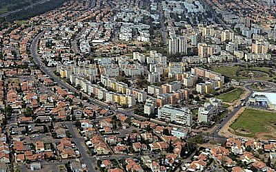 An aerial view of the southern city of Kiryat Gat in 2010. (CC BY-SA Wikimedia commons, Kiryat Gat municipality archives)