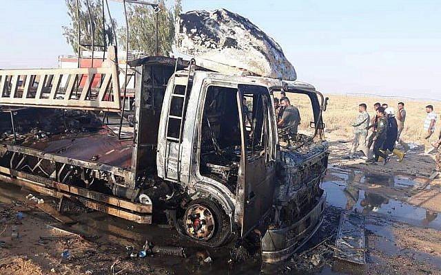 Esta foto divulgada pelas Forças de Mobilização Popular mostra as consequências de um ataque de drone perto da fronteira com Qaim com a Síria, na província de Anbar, Iraque, em 25 de agosto de 2019. (Forças de Mobilização Popular via AP)