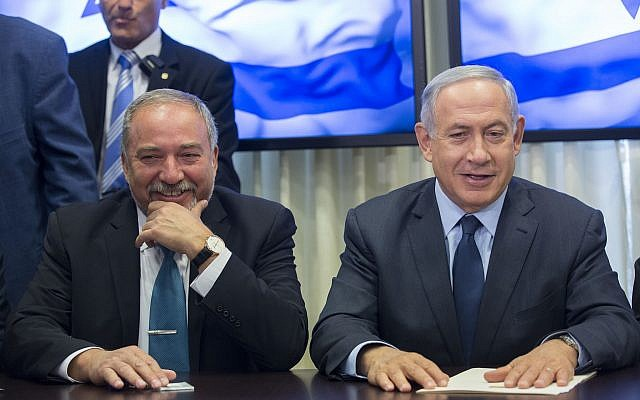 Prime Minister Benjamin Netanyahu (right) and leader of the Yisrael Beytenu political party Avigdor Liberman at the Knesset on May 25, 2016. (Yonatan Sindel/Flash90)