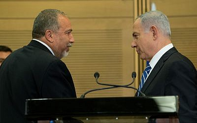 Prime Minister Benjamin Netanyahu (right) with then-defense minister Avigdor Liberman at a joint press conference on May 30, 2016. (Yonatan Sindel/Flash90)