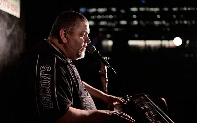 Israeli singer Arkadi Duchin performs at Rabin Square in Tel Aviv on July 20, 2016. (Tomer Neuberg/Flash90)