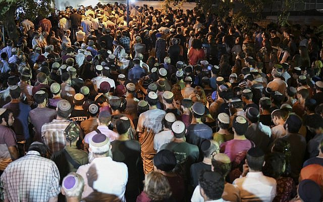 Hundreds of people attend the funeral ceremony for terror victim Dvir Sorek in the West Bank settelemnt of Ofra, August 8, 2019. (Sraya Diamant/Flash90)