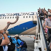 New immigrants from North America arrive on a special aliyah flight arranged by the Nefesh B'Nefesh organization, at Ben Gurion International Airport on August 14, 2019. (Flash90)