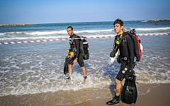 Rescue forces searching for a swimmer who went missing in the sea off Tel Aviv on August 20, 2019. (Flash90)