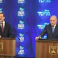 Prime Minister Benjamin Netayahu, right, and Zehut party chairman Moshe Feiglin hold joint press conference at Kfar Hamacabiah in Ramat Gan, August 29, 2019. (Flash90)