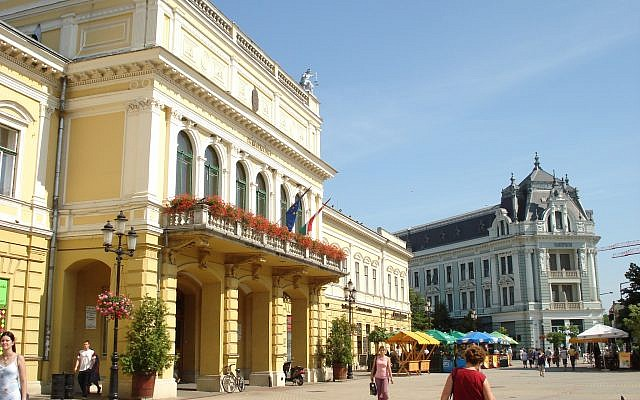 The main square in Nyíregyháza, Hungary. (Public domain, Wikipedia, David Sallay)