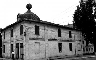 The synagogue in Săveni, Romania in 1996. (Dmitry Vilensky/Center for Jewish Art via JTA)